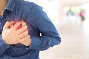 Homem sente dores no peito causadas por uma arritmia