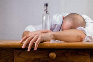 Homem abusa do álcool depois de utilizar o efeito cardioprotetor como justificativa