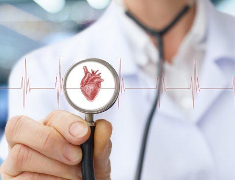 Cardiologista especialista em arritmia mostrando estetoscópio