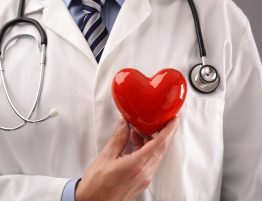 Melhor cardiologista de SP segura um coração