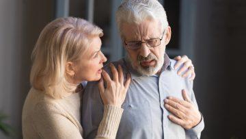 Causas do infarto: Homem com dor no coração