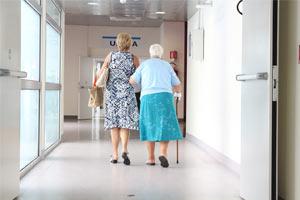 Idosos andando por corredores