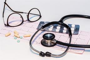 Remédios para controle da hipertensão arterial em cima de uma mesa