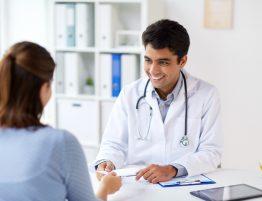 Médico em consultório antes de realizar o check-up cardiológico